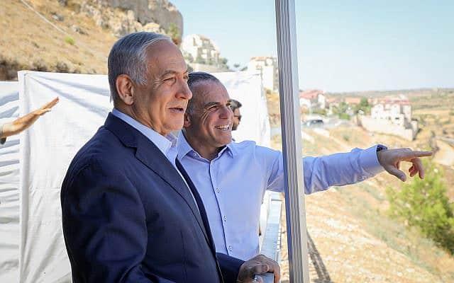 בנימין נתניהו עם ראש עיריית אפרת עודד רביבי, בעת ביקור ראש הממשלה בהתנחלות ב-31 ביולי 2019 (צילום: גרשון אלינסון/פלאש90)