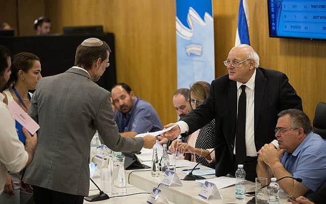 משה פייגלין מגיש את רשימת זהות ליו״ר ועדת הבחירות המרכזית, השופט חנן מלצר, ב-31 ביולי 2019 (צילום: יונתן סינדל/פלאש90)