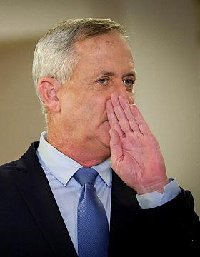 יו״ר כחול לבן בני גנץ מגיש את רשימת מפלגתו לש״ס מגישה את רשימתה לועדת הבחירות המרכזית לכנסת ה-22 (צילום: נועם רבקין פנטון/פלאש90)