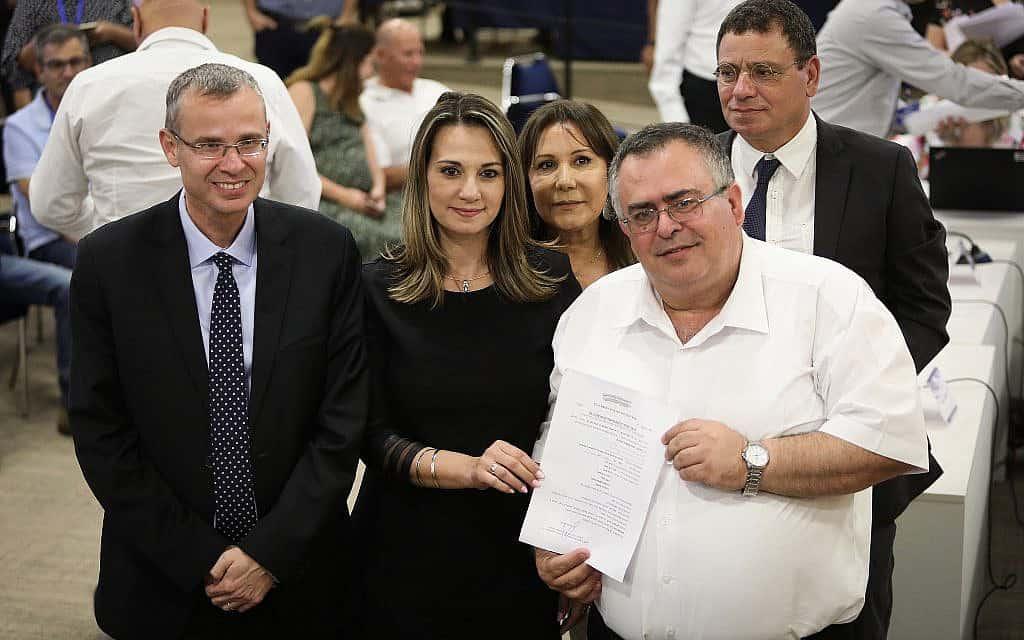 חברי הליכוד מגישים את רשימת מפלגתם לועדת הבחירות המרכזית לכנסת ה-22 (צילום: נועם רבקין פנטון/פלאש90)