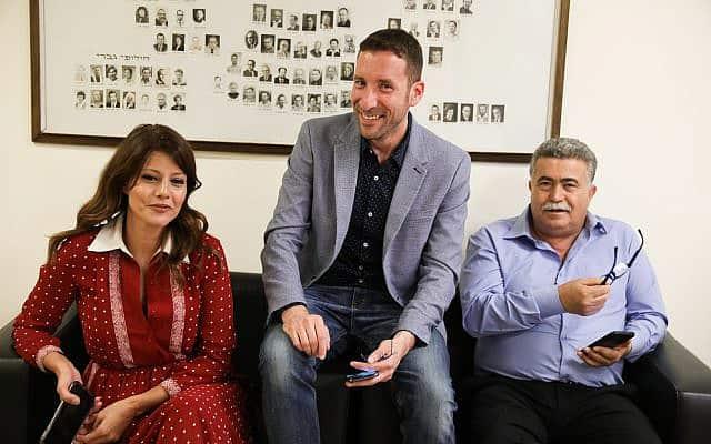 עמיר פרץ, איציק שמולי ואורלי לוי-אבקסיס מגישים את רשימת העבודה-גשר לועדת הבחירות המרכזית לכנסת ה-22 (צילום: נועם רבקין פנטון/פלאש90)