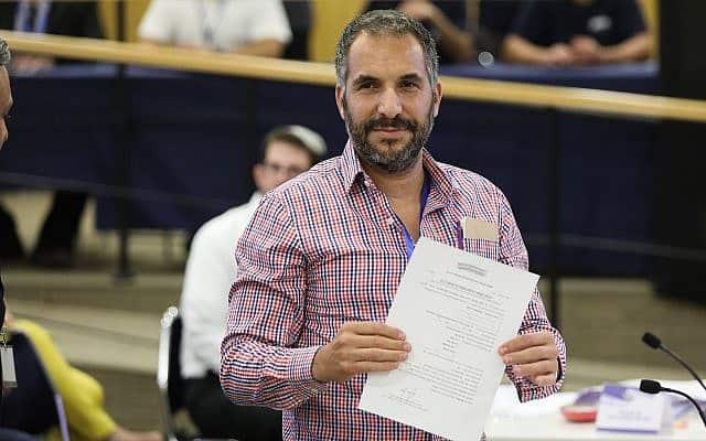 ראש עיריית טבריה רון קובי מגיש את רשימתו לוועדת הבחירות המרכזית לכנסת ה-22 (צילום: נועם רבקין פנטון/פלאש90)