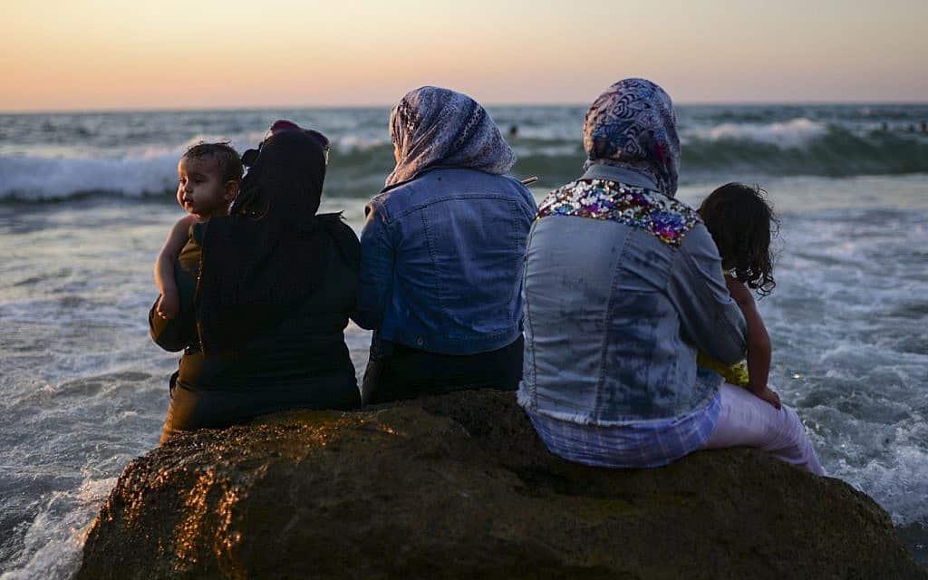 נשים וילדים בחוף הים ביפו, בעיד אל אדחה (צילום: תומר נויברג/פלאש90)