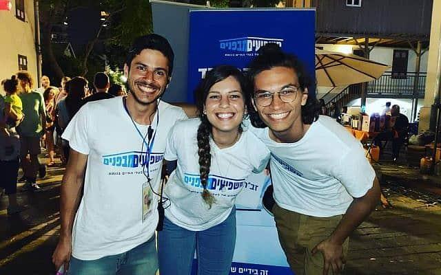 אוריין בן ציון (משמאל) ושני פעילים בפרויקט