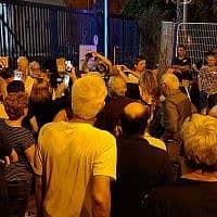 מוחים מול שער תחנת המשטרה (צילום: דודו ישורון)
