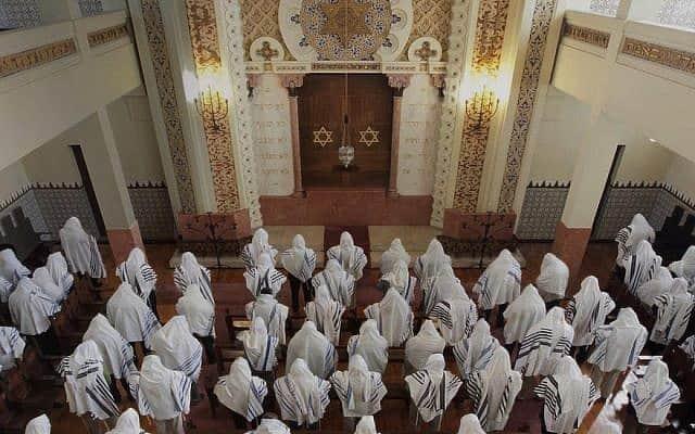 קהל המתפללים בבית הכנסת כדורי – מקור חיים בפורטו, פורטוגל, מאי 2014 (צילום: באדיבות הקהילה היהודית בפורטו)