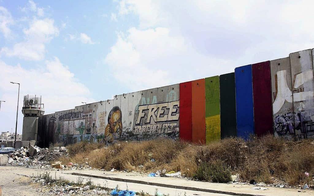 קטע מגדר ההפרדה ברמאללה, שבו נצבעו שישה לוחות בטון בצבעי הקשת על ידי האמן הפלסטיני חאלד ג'ראר, יוני 2015 (צילום: חאלד ג'ראר, באמצעות AP)