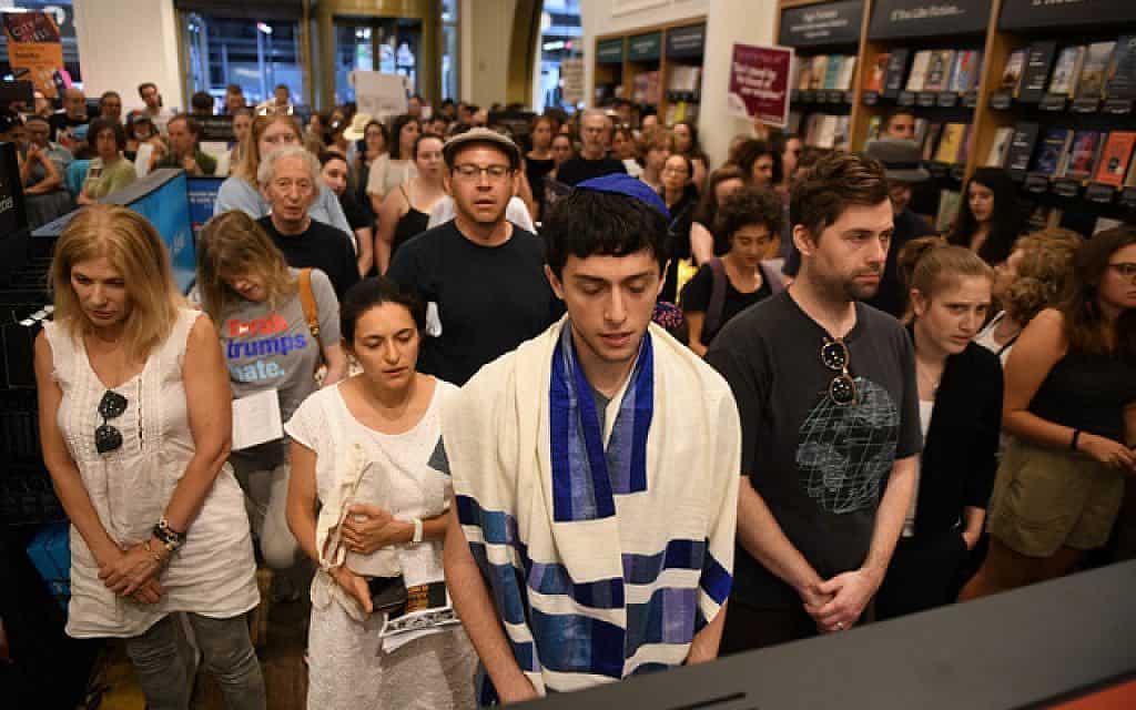 מפגינים יהודיים מתפללים בתוך חנות אמזון במרכז מנהטן בתשעה באב (צילום: גילי גץ)