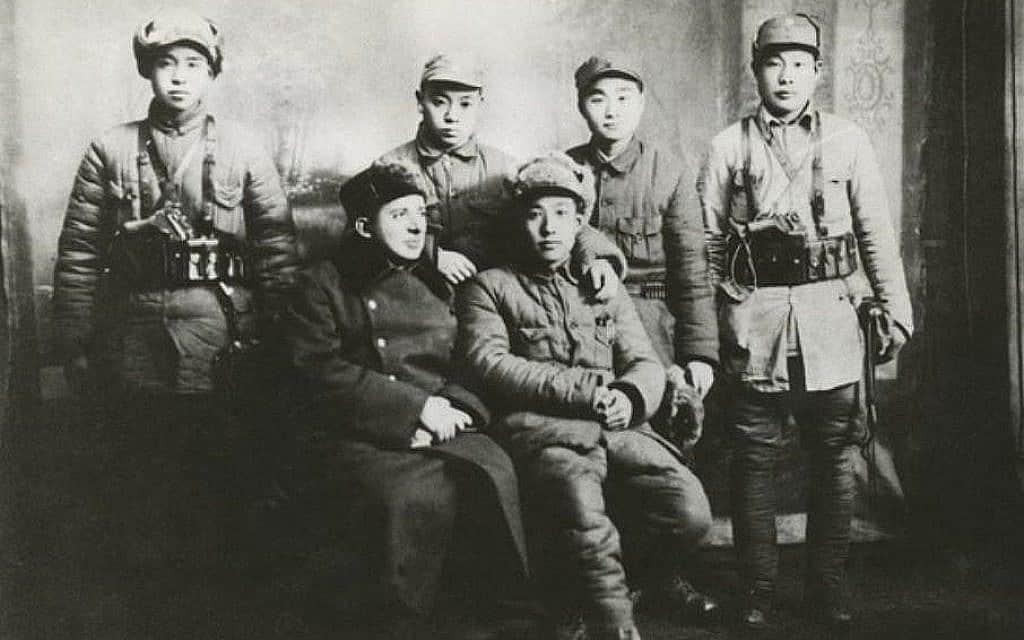 """ד""""ר יעקב רוזנפלד ב-1946 עם חיילי צבא השחרור העממי ששומרים על ביטחונו במהלך מלחמת האזרחים עם הקוומניטנג (צילום: באדיבות המכון האוסטרי לחקר סין ודרום-מזרח אסיה)"""