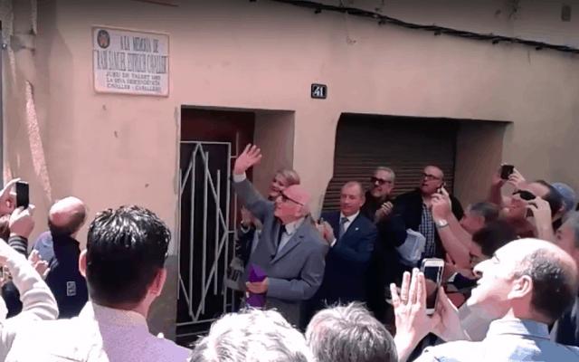 מרדכי בן אביר חושף את שלט הרחוב שנקרא על שם אבותיו שגורשו מספרד, בעיירה פלסט, ספרד, בטקס שנערך ב-16 במאי 2016 (צילום: צילום מסך מיוטיוב)