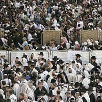 מתפללים בכותל המערבי בירושלים (צילום: Nati Shohat/Flash90)