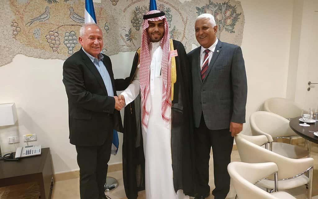 ח״כ אבי דיכטר (משמאל) נפגש עם הבלוגר הסעודי מוחמד סעוד ב-22 ביולי 2019 (צילום: דוברות הכנסת)