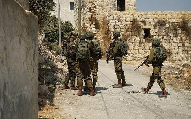 לוחמי צה״ל בסריקות באיזור הפיגוע ליד דולב (צילום: דובר צה״ל)