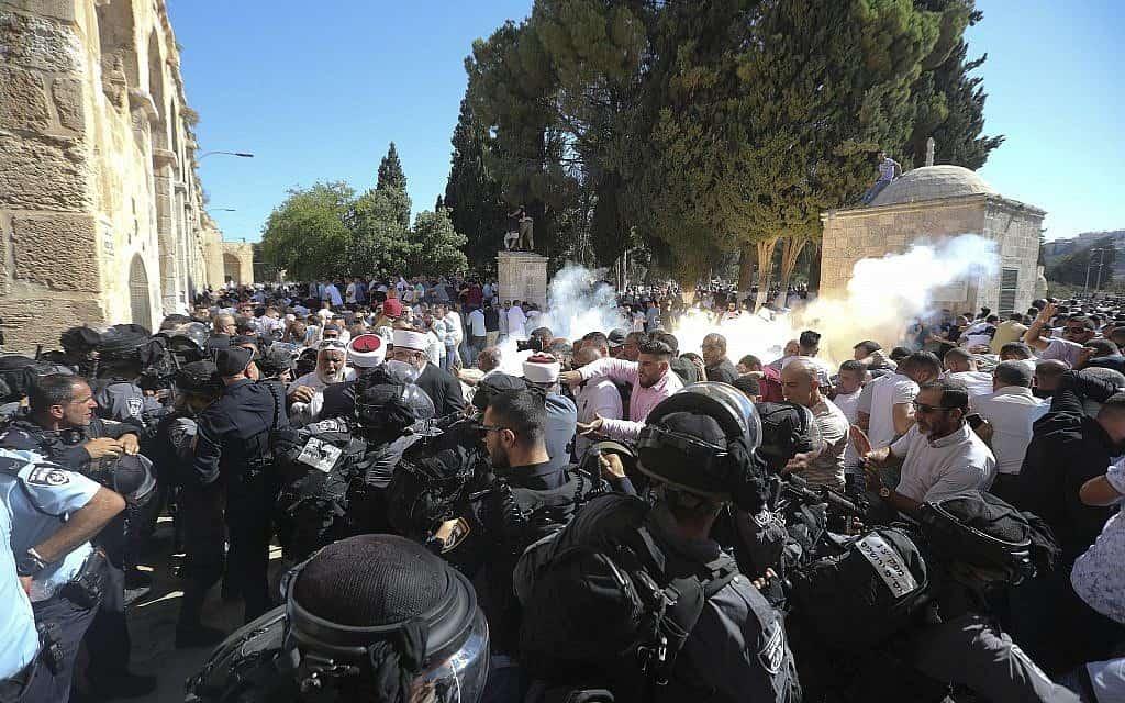 עימותים במסגד אל-אקצא (צילום: Mahmoud Illean, AP)