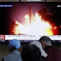 תושבים בקוריאה הדרומית צופים בדיווח על ניסויי טילים של קוריאה הצפונית (צילום: Lee Jin-man, AP)
