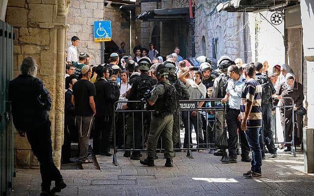 מבקרים יהודים במחסום הכניסה להר הבית בתשעה באב (צילום: הדס פרוש, פלאש 90)