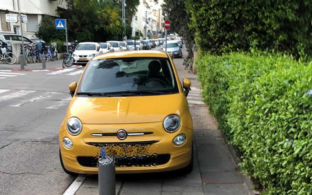 רכב חונה על המדרכה במרכז תל אביב (צילום: עמותת אור ירוק)