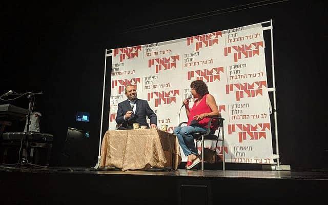 """מימין: נחמה דואק ואהוד ברק בחולון. """"נתניהו מכין תשתית לפיטורי היועמ""""ש. בסיום הבחירות הוא יגיד שהם זוייפו"""" (צילום: יח""""צ)"""