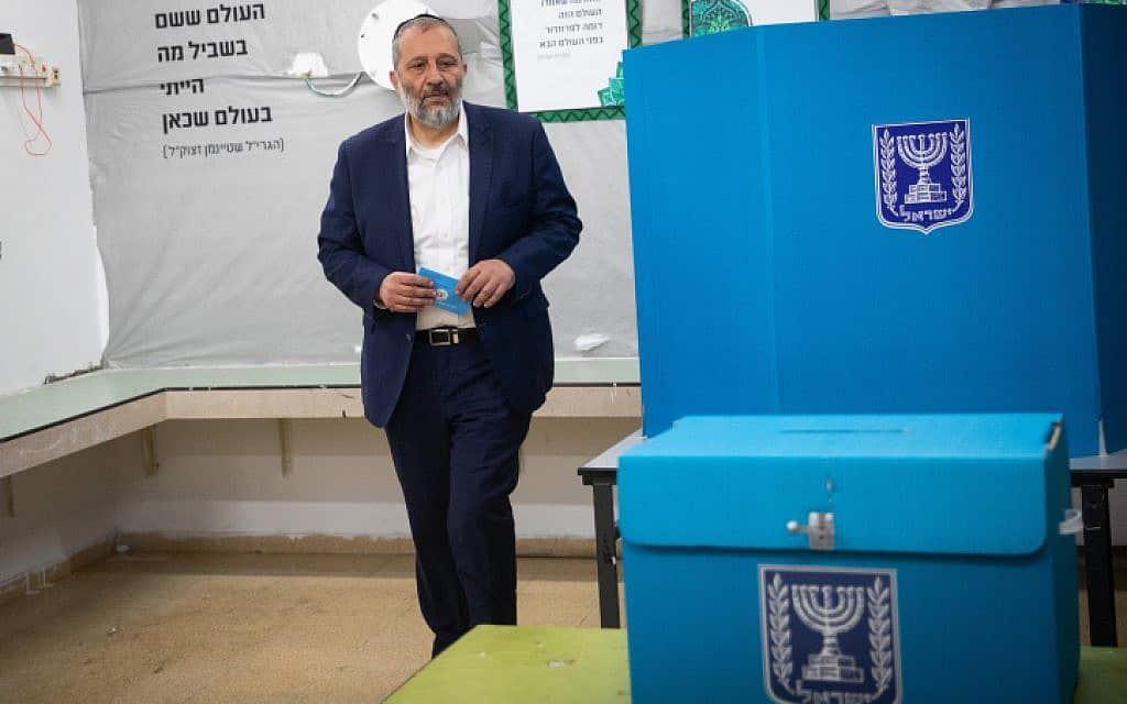 שר הפנים אריה דרעי מצביע בירושלים (צילום: יונתן סינדל / פלאש 90)