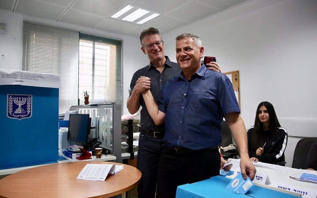ניצן הורביץ ובן זוגו מצביעים בתל אביב (צילום: מרים אלסטר / פלאש 90)