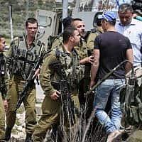חיילים עוצרים חשודים באירוע דקירה שהיה בגזרת בנימין באפריל 2015. באירוע היום נפצע חייל בן 23 שנסע עם אביו ליד מעלה שומרון (צילום: הדס פרוש / פלאש 90)
