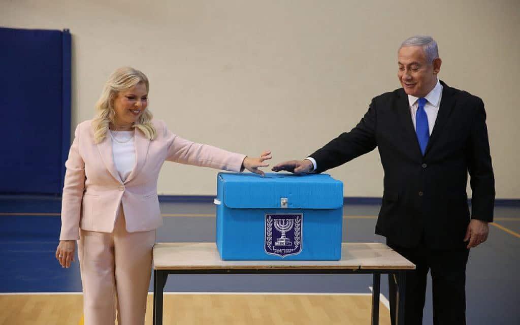 נתניהו ואשתו מצביעים בירושלים (צילום: אלכס קולומויסקי)