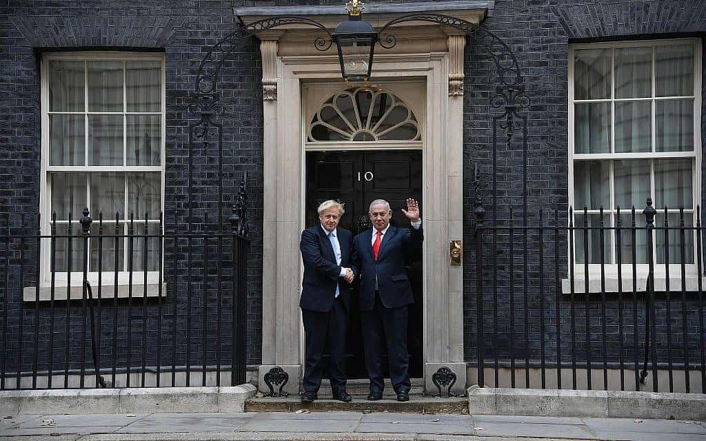 """ראש הממשלה הבריטי בוריס ג'ונסון מקבל את פניו של נתניהו, היום בדאונינג 10 (צילום: חיים צח / לע""""מ)"""