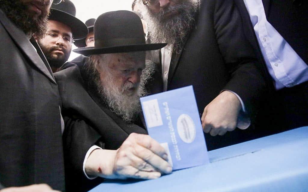 הרב קנייבסקי מצביע בבני ברק (צילום: אהרון קרון / פלאש 90)