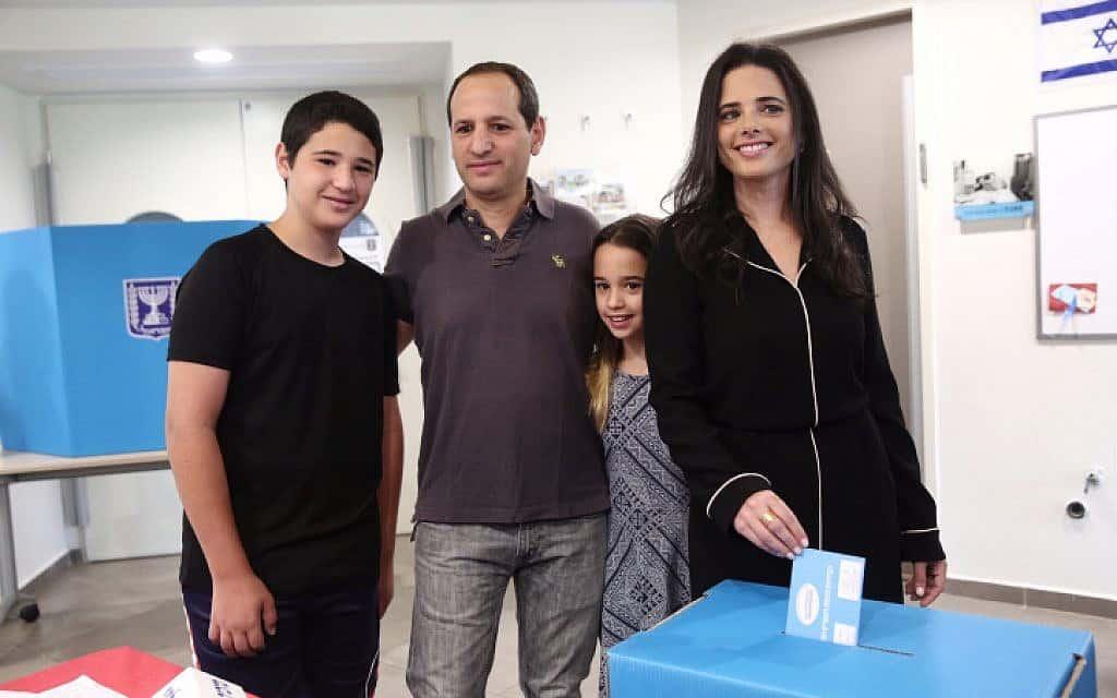 איילת שקד ומשפחתה מצביעים בתל אביב (צילום: מרים אלסטר / פלאש 90)
