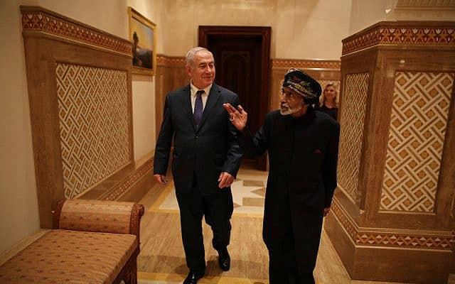 סולטן עומאן קאבוס בן סעיד עם בנימין נתניהו, בעת ביקור חשאי של ראש הממשלה בעומאן, באוקטובר 2018