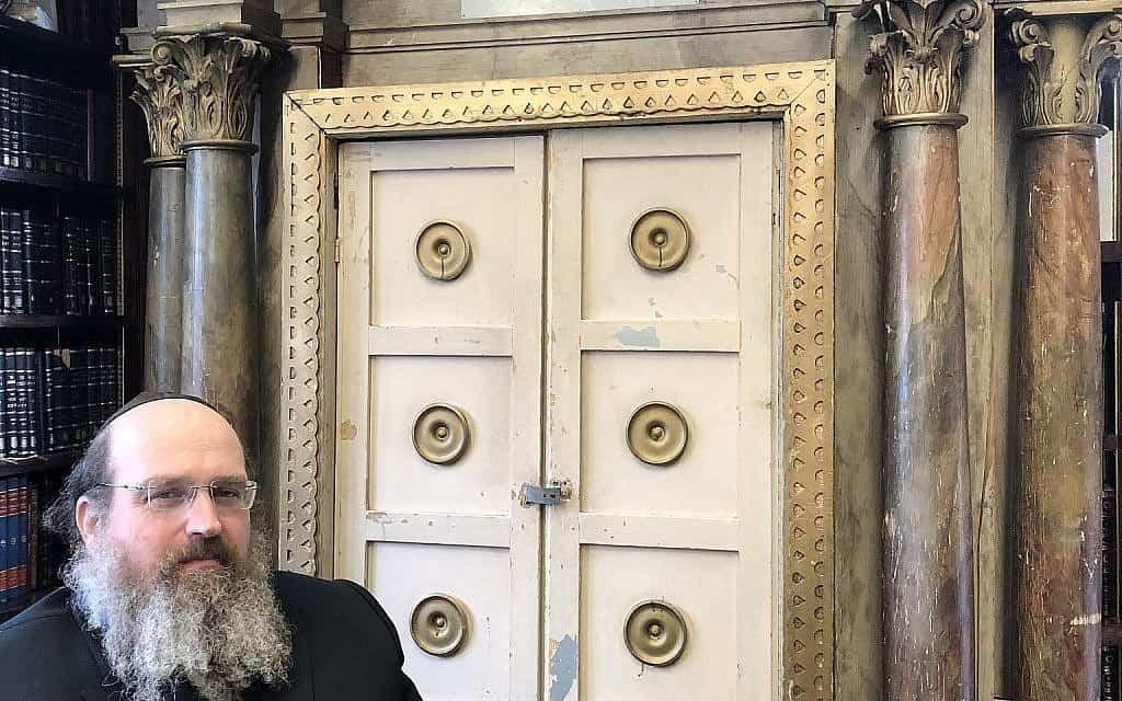 הרב שאול שמעון דויטש עם ארון הקודש מקרומבאך (צילום: באדיבות גורנסיי)
