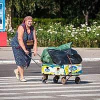 אישה חוצה את הכביש בטירספול, 24 באוגוסט, 2019. (צילום: באדיבות רומן ינושבסקי / ערוץ 9)