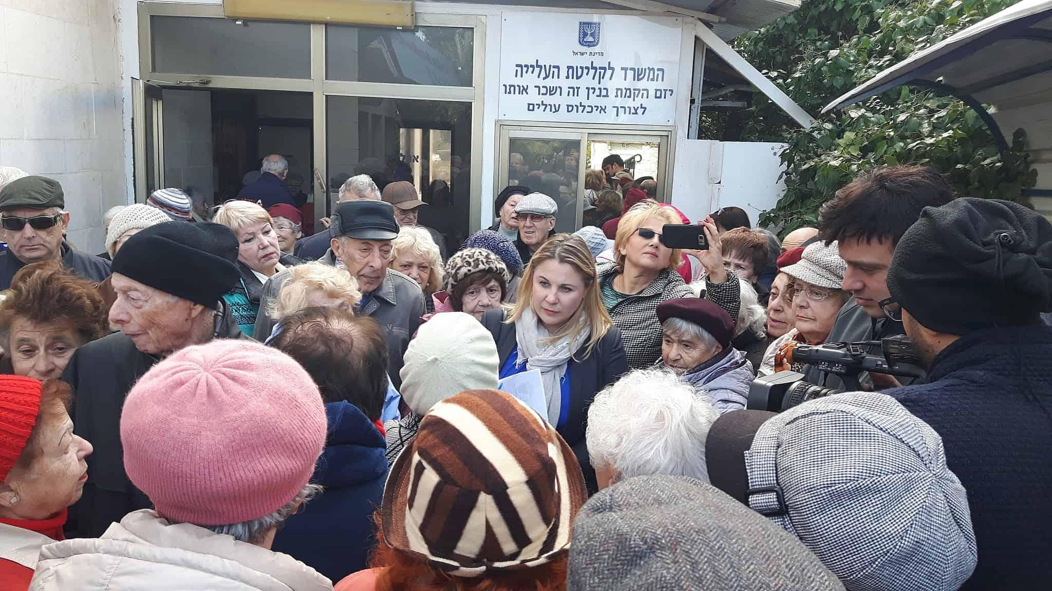 קסניה סבטלובה (במרכז) במפגש עם דיירי מלון דיפלומט בירושלים