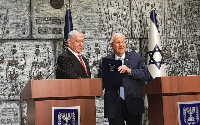 ראובן ריבלין נותן לבנימין נתניהו את המנדט להרכבת הממשלה, ב-25 בספטמבר 2019 (צילום: ראול ווטליף)