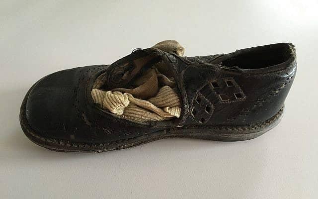 הנעל הקרועה של ברברה גריפית' (צילום: באדיבות אן סלואן)