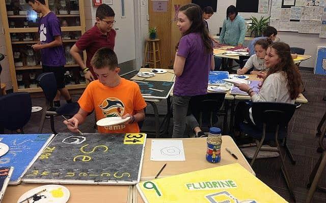 התלמידים בבית הספר של קהילת הרשורין שיף בסרסוטה, פלורידה, מכינים לוחות שירכיבו את הטבלה המחזורית (צילום: בן סיילס)