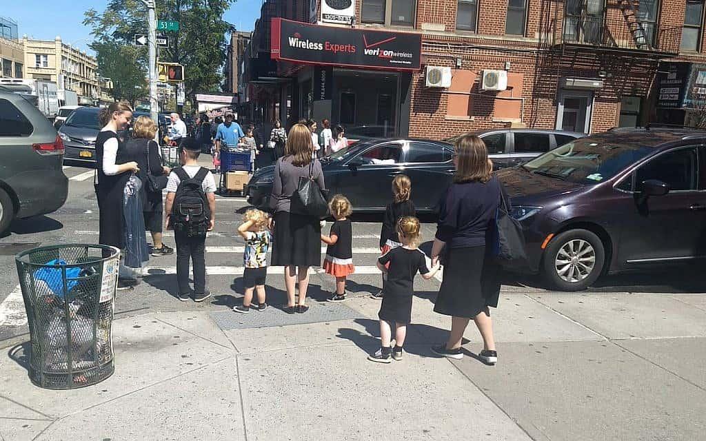 נשים וילדים מחכים ליד מעבר חצייה בשכונת בורו פארק שבברוקלין, 3 בספטמבר, 2019 (צילום: בן סלס)