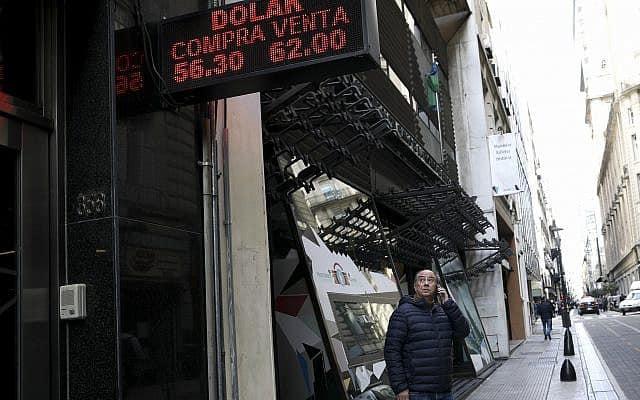 שער הפזו לעומת שער הדולר. (צילום: AP Photo-Natacha Pisarenko)