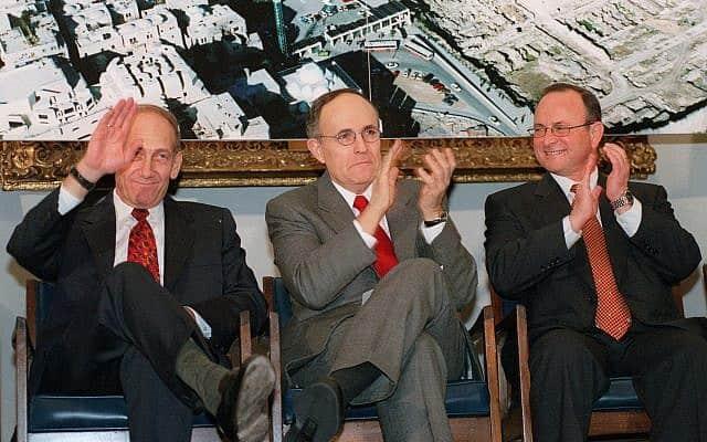 ראש העיר תל אביב רוני מילוא (מימין), ראש העיר ניו יורק רודולף ג'וליאני וראש העיר ירושלים אהוד אולמרט, 2011 (צילום: AP Photo/Lynsey Addario)