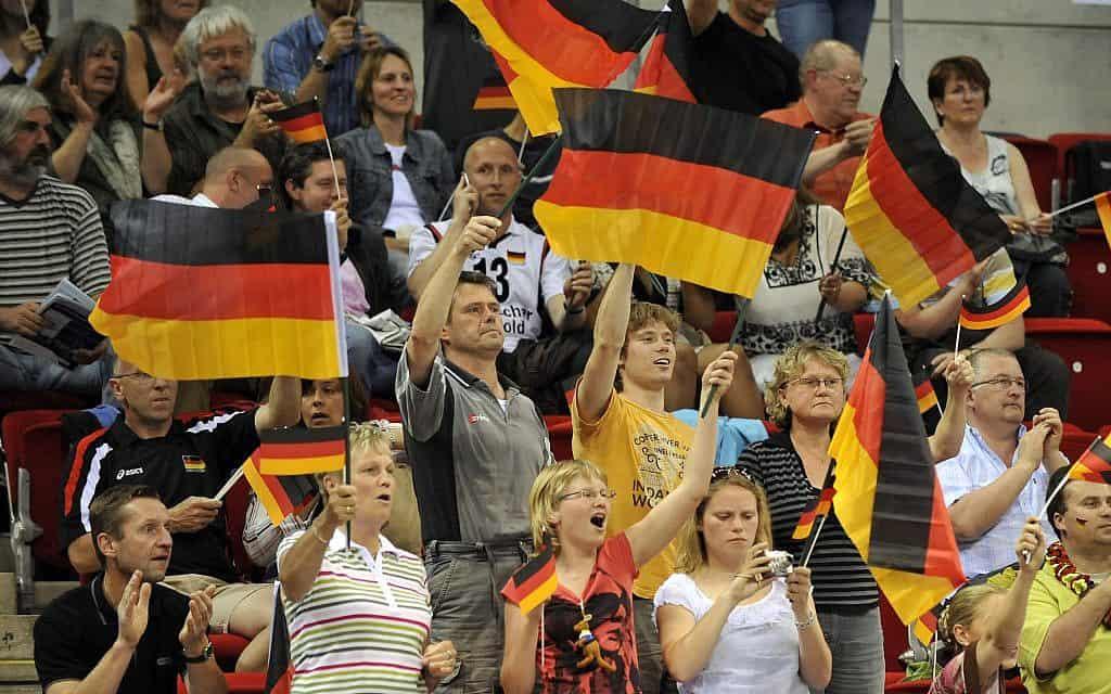 אוהדים גרמנים באולימפיאדת בייג'ין 2008, ארכיון (צילום: AP Photo/Rene Tillmann)