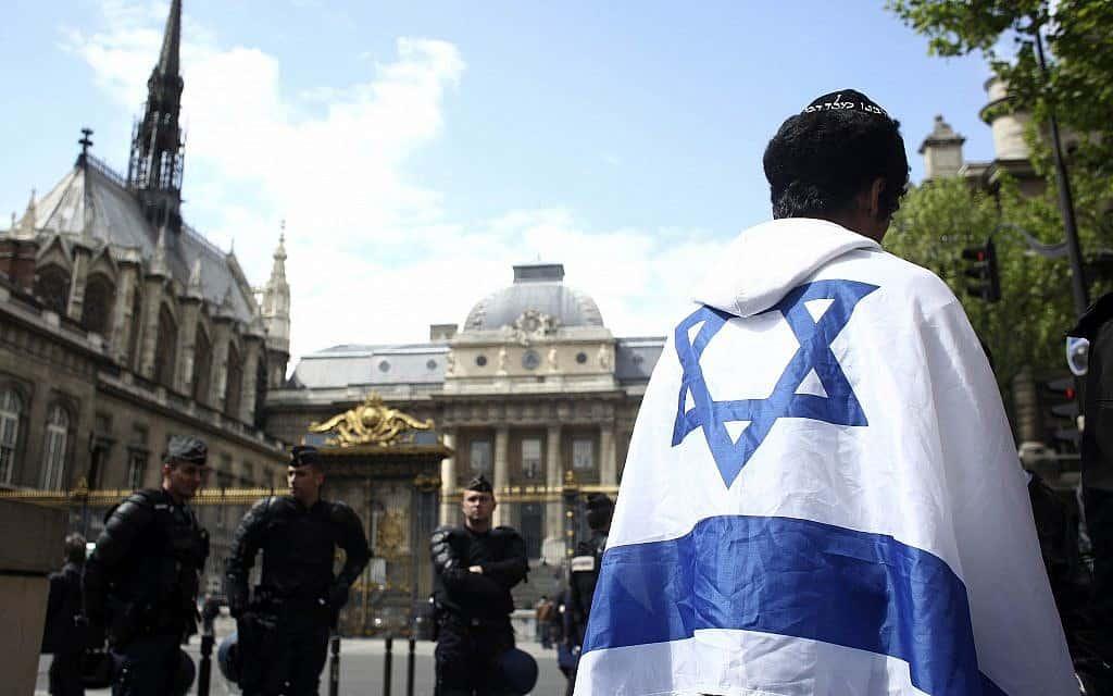 צעיר יהודי מפגין מחוץ לבית המשפט שבו התנהל משפטם של רוצחי הצעיר היהודי-צרפתי אילן חלימי. חלימי נחטף על ידי כנופיה מוסלמית קיצונית ועונה למוות. 2006, ארכיון (צילום: AP Photo/Thibault Camus)