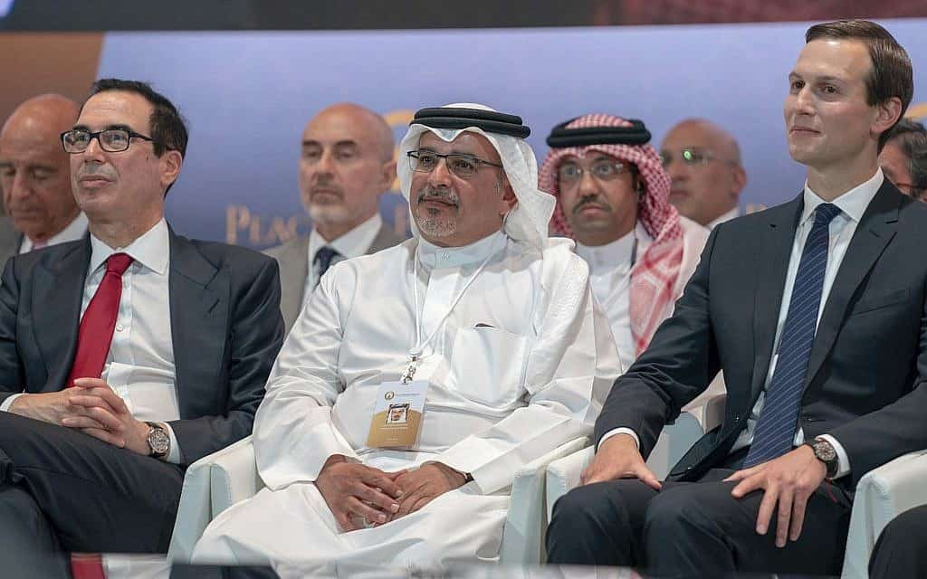 ועידת בחריין, מאי 2019. מימין: ג'ראד קושנר, נסיך הכתר הבחרייני ושר האוצר האמריקאי (צילום: Bahrain News Agency via AP)