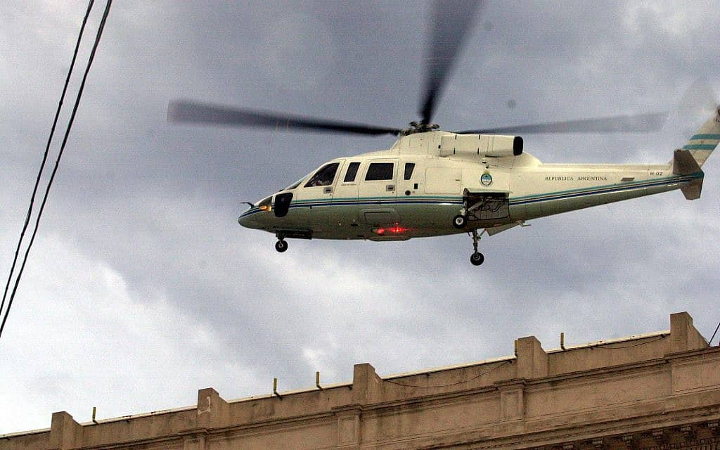 In this Dec. 20, 2001, file photo, the helicopter carrying President Fernando De la Rua departs Buenos Aires's Government House after De la Rua submitted his resignation. Former Argentine President Fernando De la Rúa, who attracted voters with his image as an honest statesman and later left the country plunged into its worst economic crisis, (צילום: AP Photo/Daniel Luna, File)