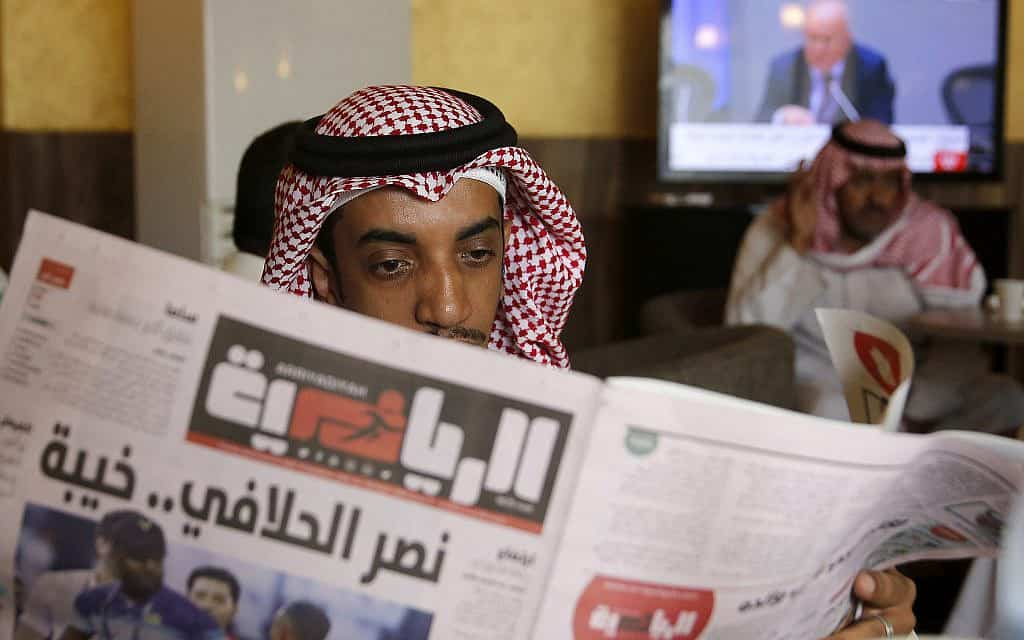 "A man reads Al-Ryadiyyah sports newspaper at a coffee shop in Jiddah, Saudi Arabia, Tuesday, Sept. 17, 2019. U.S. President Donald Trump declared Monday that it ""looks"" like Iran was behind the explosive attack on Saudi Arabian oil facilities (צילום: AP-Photo-Amr-Nabil)"