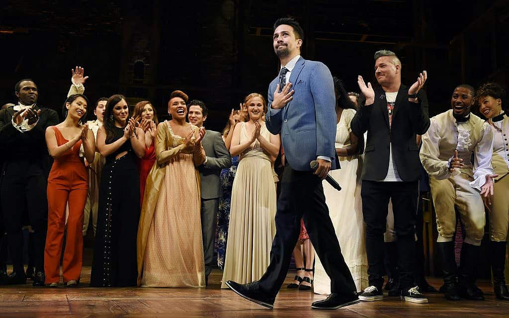 """Lin-Manuel Miranda, creator of """"Hamilton: An American Musical,"""" walks onstage during the curtain call on the opening night of the Los Angeles run of the show at the Pantages Theatre on Wednesday, Aug. 16, 2017, in Los Angeles (צילום: Chris Pizzello-Invision-AP)"""