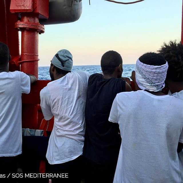Avra-Fialas_SOS-פליטים על סיפון ה-Ocean Viking מביטים אל הים התיכון (צילום: האנה וואלס באומן\ SOS Mediterranee)