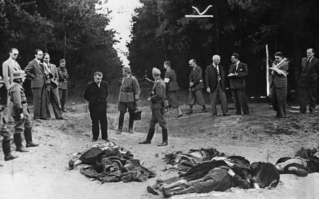 """חיילי וורמאכט ועיתונאים עם קרבנות של """"יום ראשון הארור"""" בבידגושץ, שבוים על ידי הנאצים ונוצל בתור תעמולה זמן קצר לאחר הפלישה לפולין ב-1939. סימני החיתוך המקוריים של העורך מופיעים, מתוך כוונה להשתמש בה על ידי התקשורת הנאצית (צילום: נחלת הכלל)"""