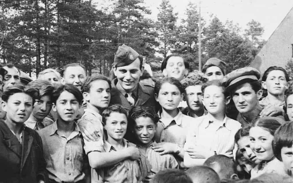 ילדים במחנה העקורים פרנוואלד סביב חייל אמריקאי, אילוסטרציה (צילום: המוזיאון לזיכרון השואה של ארצות הברית, באדיבות לארי רוזנבאך)