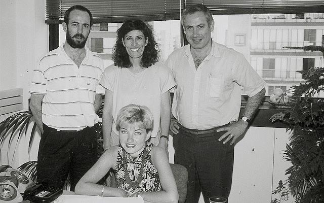 איל ארד, משמאל, בלשכתו של בנימין נתניהו בתל אביב ב-1992 (צילום: לע״מ)