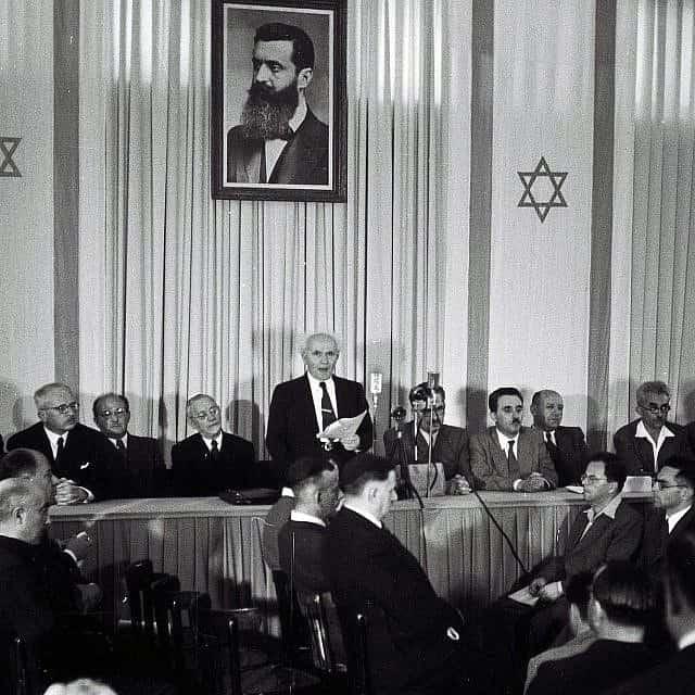 ראש הממשלה דוד בן גוריון קורא את מגילת עצמאות ישראל, ביום הכרזת המדינה, במוזאון תל אביב בשד' רוטשילד. ה-14 במאי 1948 (צילום: זולטן קלוגר/אוסף התצלומים הלאומי)